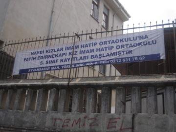 """""""Tytöt tulkaa Fatihin Edirnekapın tyttöjen Imam Hatip -keskikouluun, 5. luokan rekisteröinti aloitettu"""" Mainos on asetettu alakoulun sisäänkäynnin eteen Istanbulissa."""
